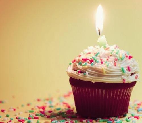 Feliz aniversario Tumblr com bolinhos