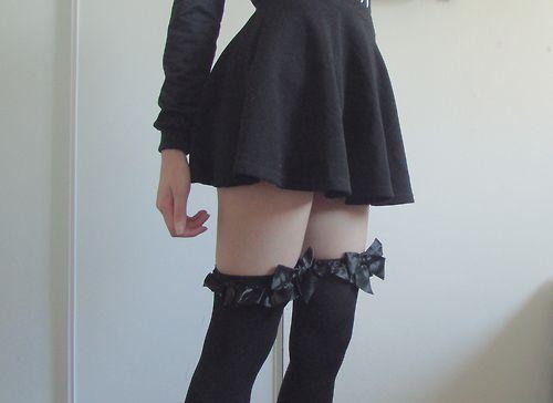 фото девушки в чулках и юбках