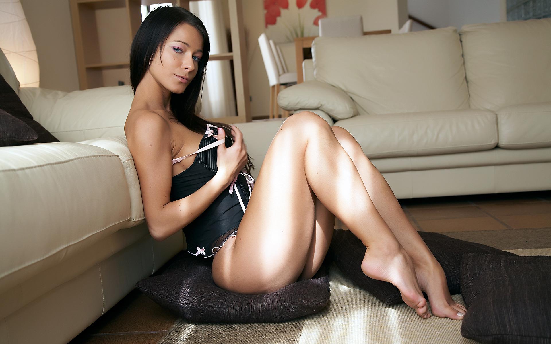 Широко раздвигает ножки гладит киску, Широко раздвинула ноги соло - видео 22 фотография