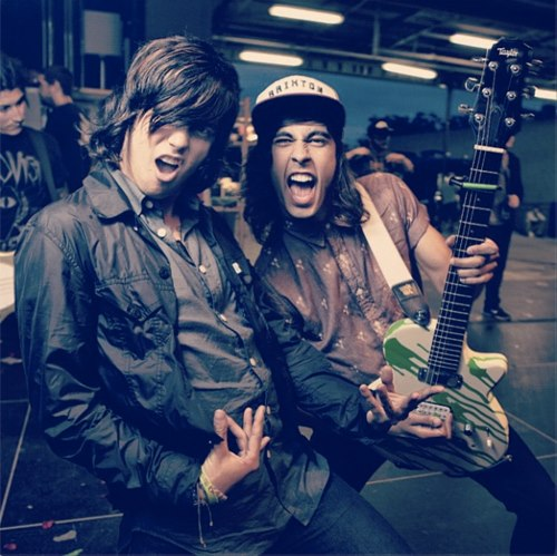 vic and kellin dating I saw a picture of them kissing online, i know kellin is married, but why did they kiss if they aren't dating or somthing.