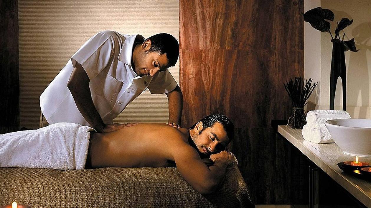 массаж девушке делают сразу трое мужиков супер видео что