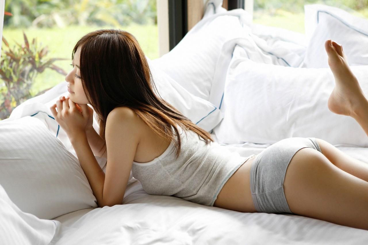 Девушка лежит на кровати — 3