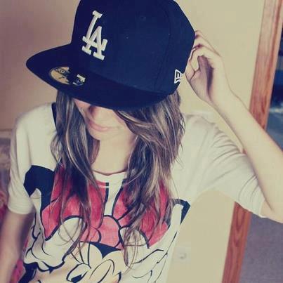 фото девушки в кепках с прямым козырьком