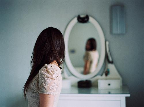 Resultado de imagem para pessoa se olhando no espelho tumblr
