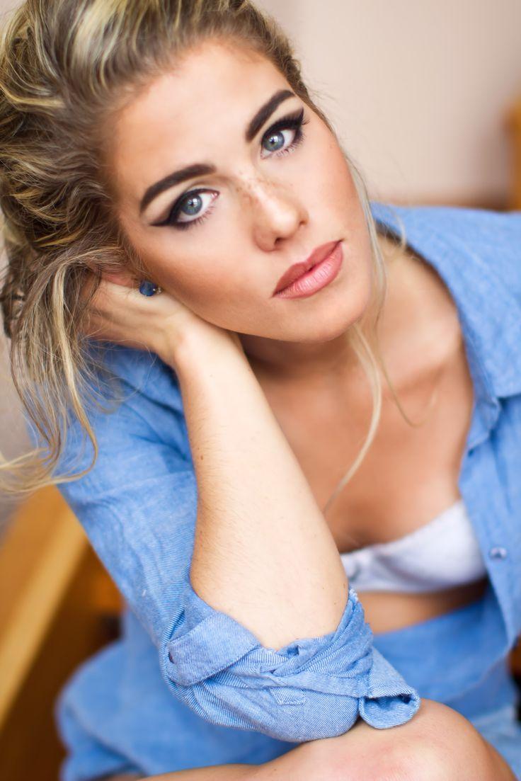 Emily Bett Rickards Boyfriend 1 users online
