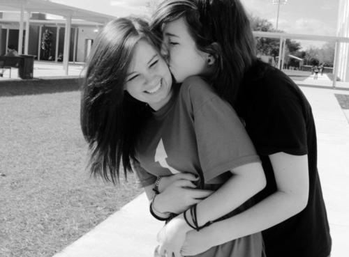Resultado de imagem para casal lesbico se abraçando