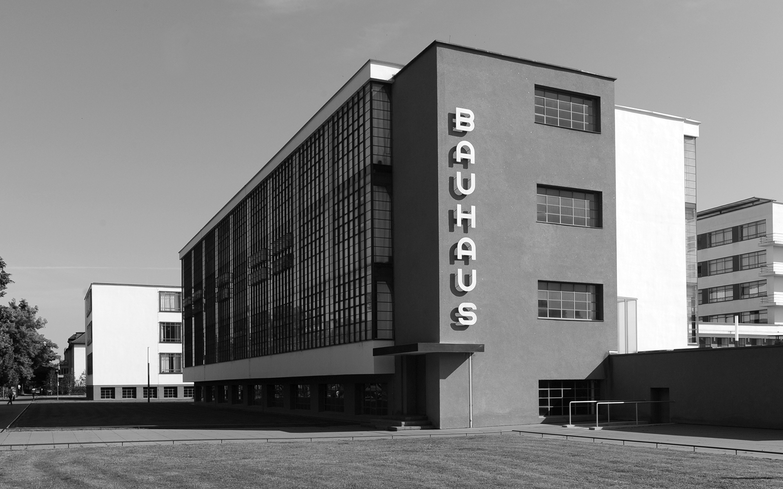 bauhaus design movement Uncompromisingly influential, staatliches bauhaus, or known simply as the bauhaus, was an art and design school in germany that developed the seeds of .