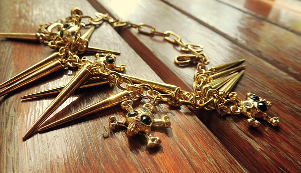 pulseira dourada de spike