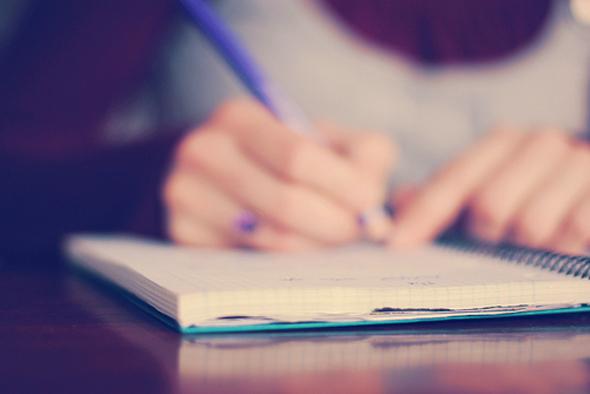 foto menina escrevendo