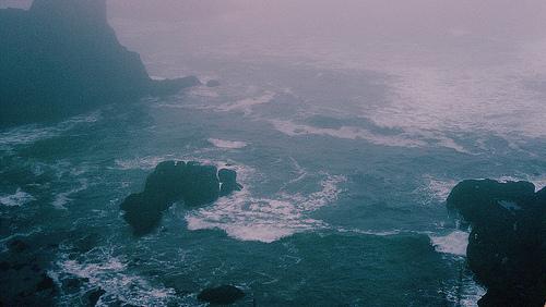Resultado de imagem para pessoas flutuando no mar tumblr