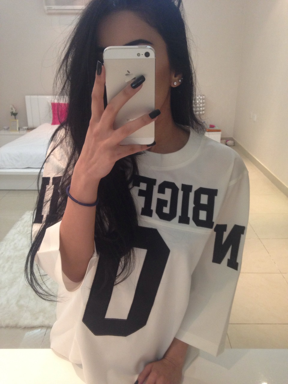 Фото девушки брюнетки на аву с айфоном