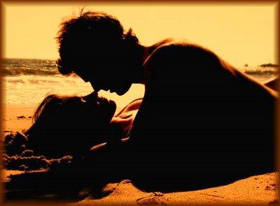 Resultado de imagem para casal a amar-se na areia