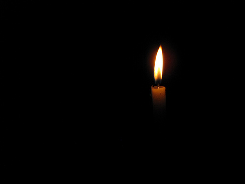 świeca w mroku