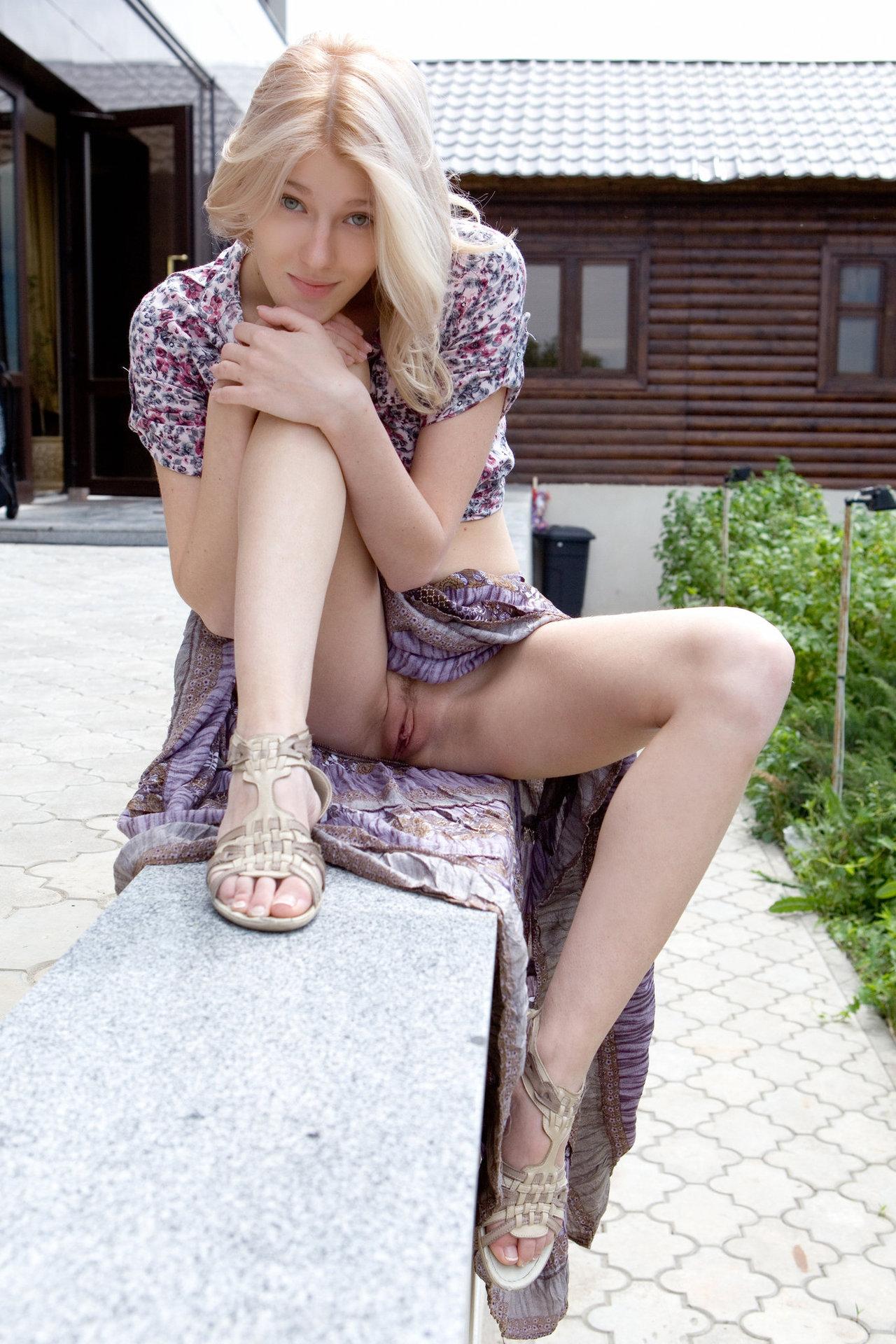 Фото девушек в короткой юбке без трусиков 14 фотография