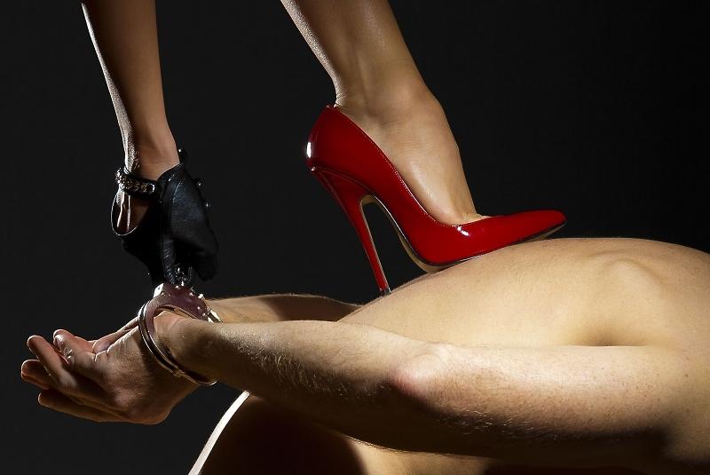 Латина я люблю когда госпожа вытирает ноги об мой живот видео