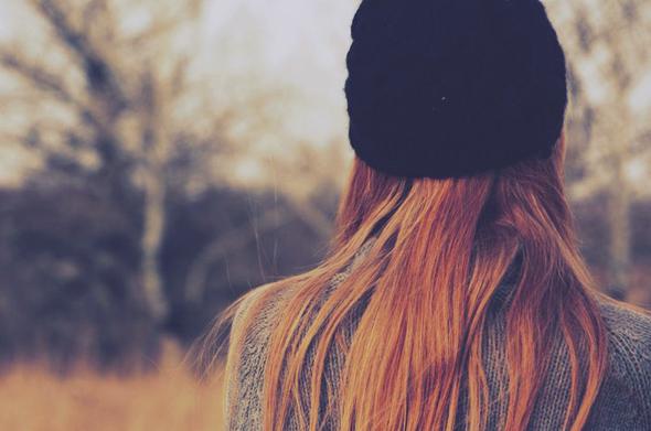garota com gorrinho preto