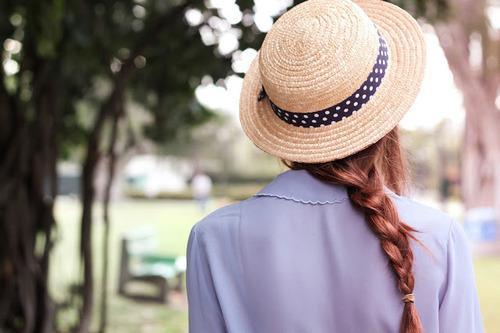 garota com chapeu de palha