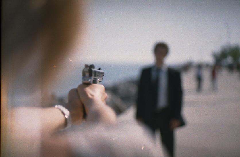 роман, фото девушки наставившей пистолет на парня присмотреться совпадениям как