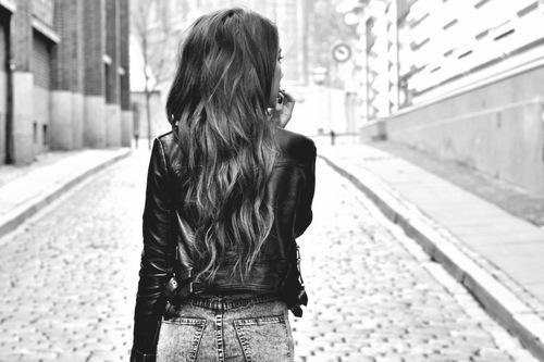Фото черно-белое на аву девушки со спины