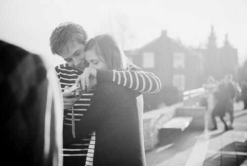 Resultado de imagem para Um dia descobrimos que beijar uma pessoa para esquecer outra é bobagem.